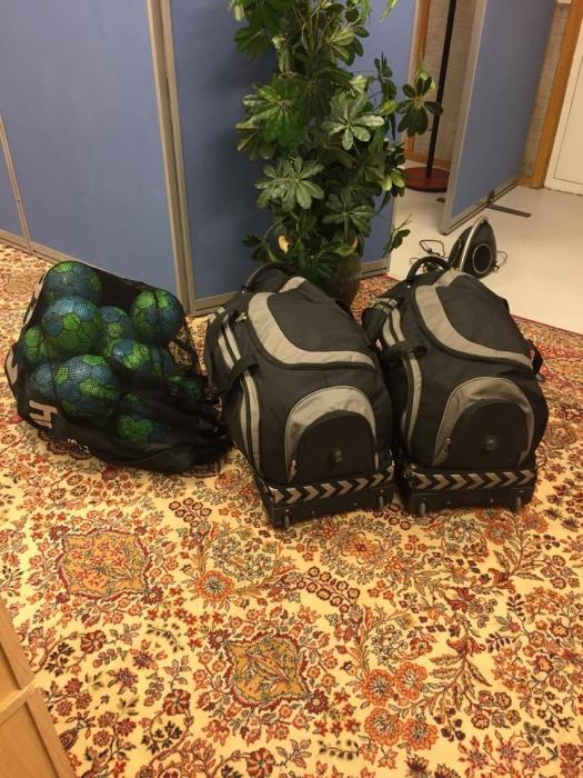 Klockan 05:00, bollarna och väskorna är tillbaka hemma på kansliet