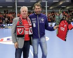 Eskilstuna Guif gratulerar Redbergslid på hundraårsdagen. CG överlämnar en blomma till Magnus Wislander