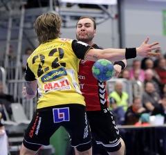 Emil A skjuter förbi försvararen