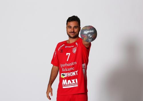 Pavle Karacic håller hummelboll